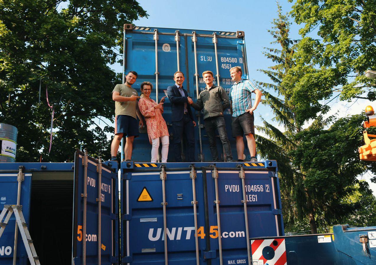 Übergabe des gespendeten Containers der WJ Hof