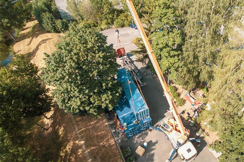 Container Nummer vier wird auf dem awalla Gelände angeliefert